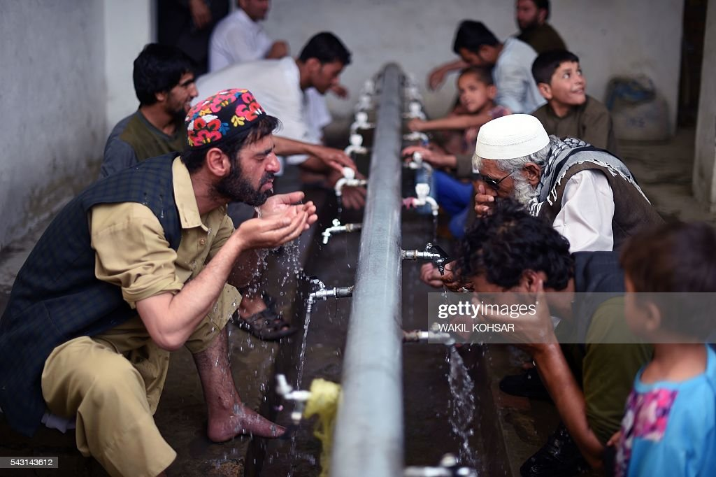 Afghan Muslims wash before attending prayers during the Islamic holy month of Ramadan at a mosgus in the old section of Kabul on June 26, 2016. Muslims throughout the world are marking the month of Ramadan, the holiest month in the Islamic calendar during which devotees fast from dawn till dusk. / AFP / WAKIL