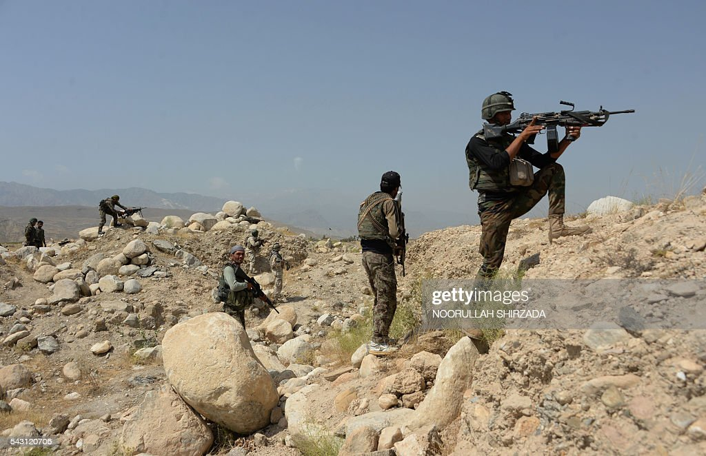 Afghan security forces patrol during ongoing clashes between security forces and suspected Islamic State (IS) militants in Kot District in eastern Nangarhar province on June 26, 2016. Afghan security forces launched a joint operation after Islamic State (IS) fighters beheaded dozen civilians including children and local police in the Kot district of eastern Nangarhar province. At least 190 armed militants and seven security personnel have been killed in fighting, the spokesman for the governor of Nangarhar province Attaullah Khogyani said. / AFP / NOORULLAH