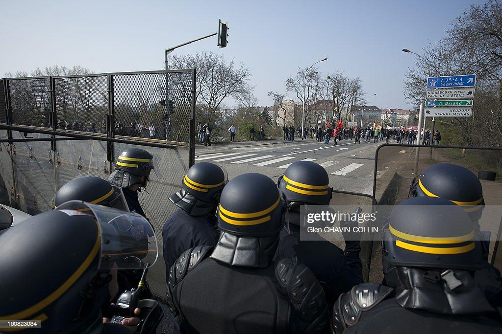 CONTENT] Afin de canaliser la manifestation les forces de l'ordre interdisent l'accès au pont Vauban avant l'heure officielle du défiler pacifiste. La manifestation de anti otan à Strasbourg samedi 4 avril a très vite dégénéré en affrontement avec les forces de police. La tension est montée d'heure en heure. Les premiers heurts avec les black blocs avaient commencé dans la matinée juste avant le pont Vauban. Ils se sont poursuivis dans le quartier du pont de l'Europe ou furent incendiés, les anciennes douanes, une pharmacie et un hôtel. Strasbourg, France, Black bloc Rioters set fire to a five-storey hotel and two low-rise building in Strasbourg Saturday as left-wing protests against a NATO summit in the French city turned violent.