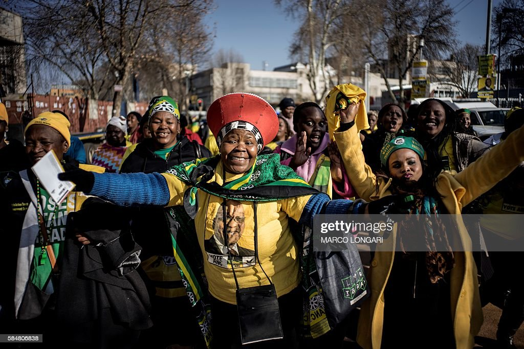TOPSHOT - Africa National Congress (ANC) supporters arrive at the Ellis Park stadium in Johannesburg for the party's closing rally on July 31, 2016 ahead of August 3, municipal elections. / AFP / MARCO
