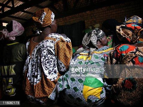 africa . women sitting