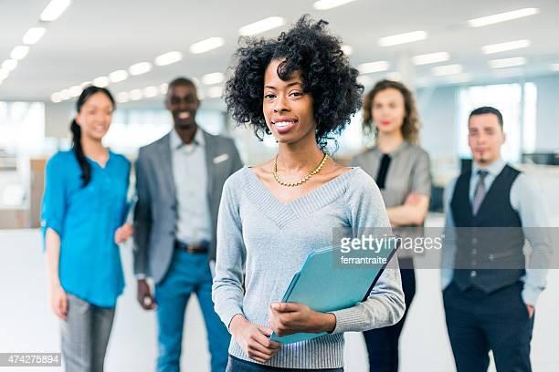 アフリカ系アメリカ人女性のビジネスマネージャー multiracial ビジネスチーム