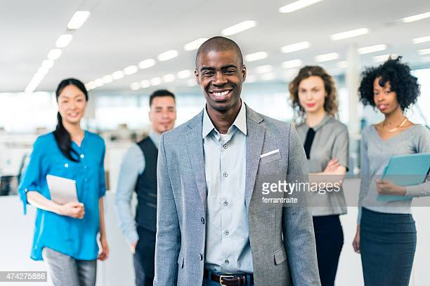 アフリカ系アメリカ人のビジネスマンマネージャーの multiracial ビジネスチーム