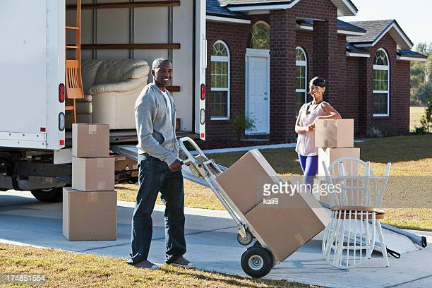 couple afro-américain se déplacer house