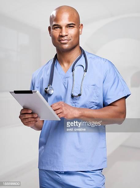 Afroamerikanische Arzt mit Tablet-Computer