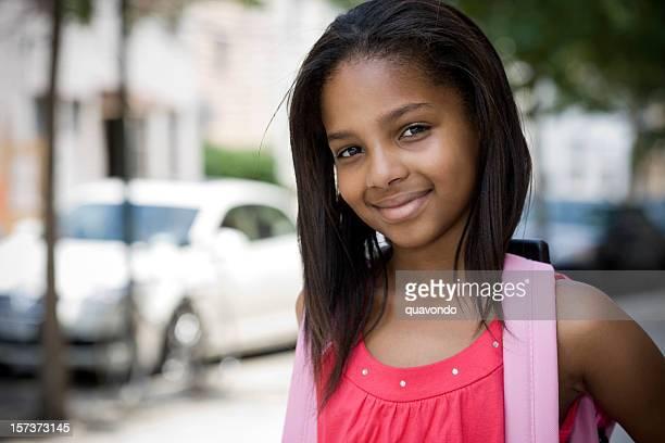 École élémentaire étudiants afro-américain Portrait fille avec sac à dos, Copyspace