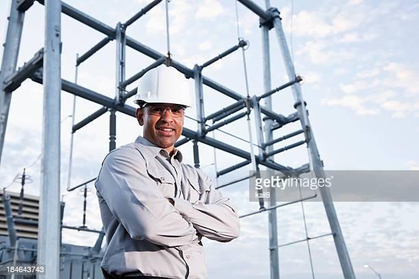 アフリカ系アメリカ人のヘルメットを着用エンジニア