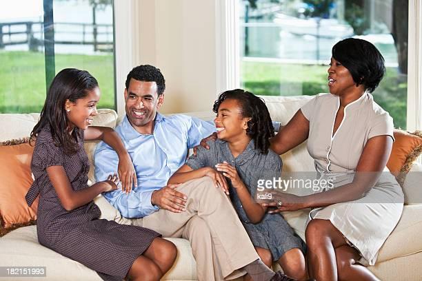 アフリカ系アメリカ人の家族のホームにソファー