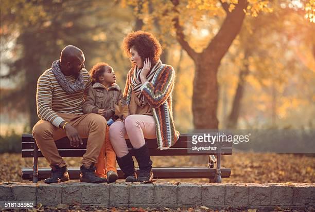アフリカ系アメリカ人の家族の秋の公園に通知します。