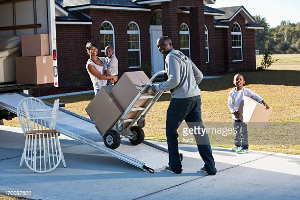 Afrikanische amerikanische Familie moving house