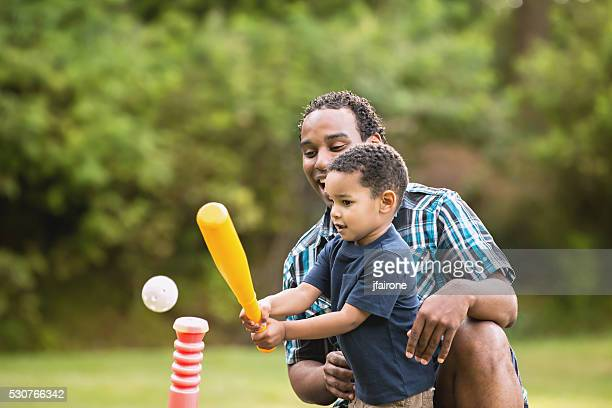 Jungen afroamerikanischen Vater und Sohn spielen Ball im Freien T-Shirt