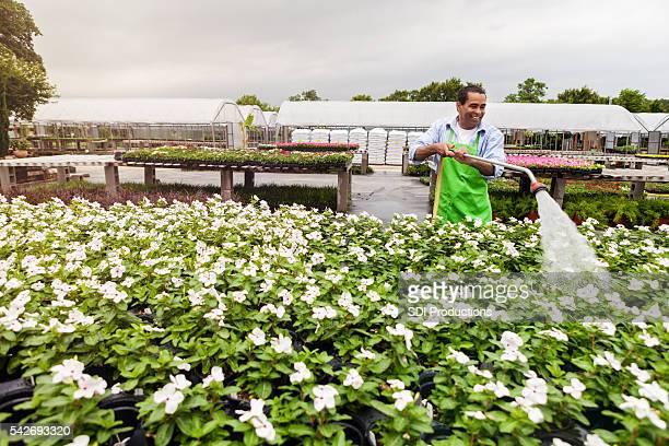 Afroamerikaner Garten-center-Mitarbeiter Wasser Blumen