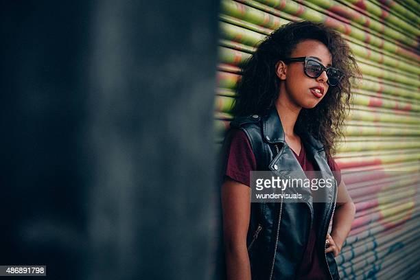 Ragazza afro-americana in occhiali da sole guardando fresco in città street