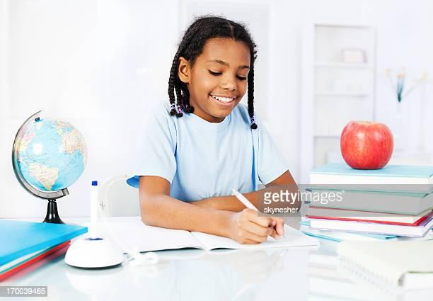 African American ragazza di apprendimento a casa.