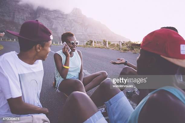 Afro-americana Menina no telefone com um grupo de amigos