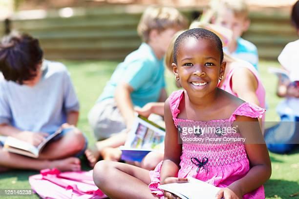 Afro-américaine fille avec des amis à étudier en arrière-plan