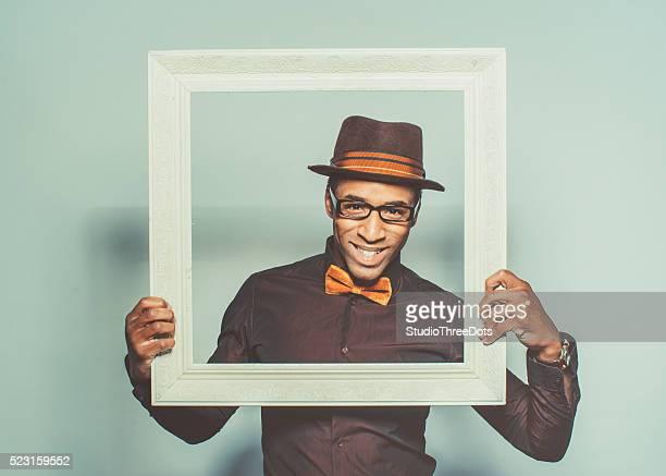 Afro americano uomo che tiene un bianco struttura di legno