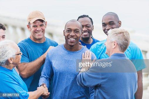African American Mann, gratuliert mit Freunden