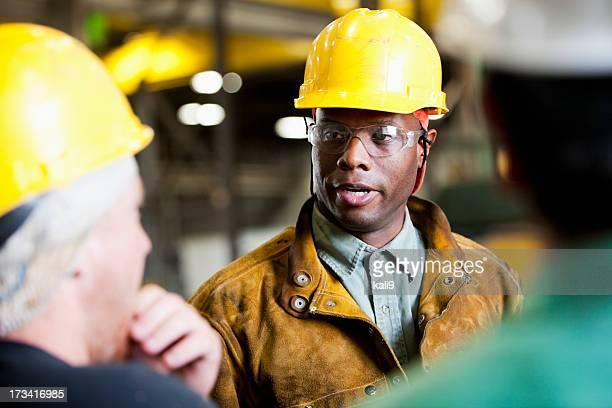 African American Mann in Gelb Schutzhelm