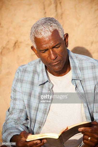 アフリカ系アメリカ人男性リーティング聖書