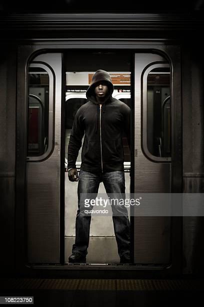アフリカ系アメリカ人男性は地下鉄のドアにタフ、コピースペース