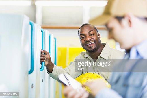 アフリカ系アメリカ人男性ワークの印刷工場