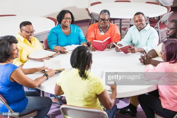アフリカ系アメリカ人男性と女性の聖書で勉強会