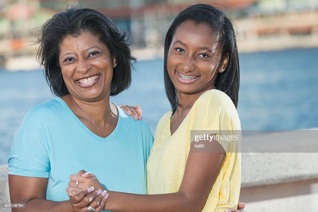 Afroamerikanischen Mutter und Tochter halten Hände : Stock-Foto