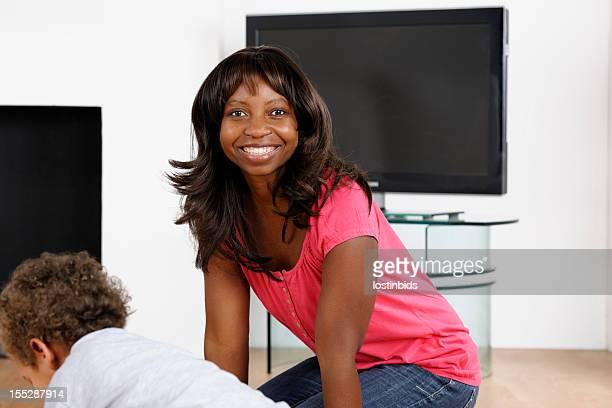 Afro-Américain mère/Childminder/Carer supervision de jouer