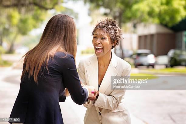 アフリカ系アメリカ人のオフィス作業員た後は、うっとりするようなニュース