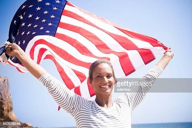 African American Senior tragen USA-Flagge