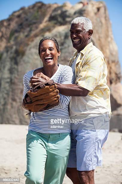 Senior Couple africain-américain jouer au Baseball prendre