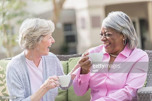 アフリカンアメリカン年配の女性、ご友人とご一緒にティーを語る