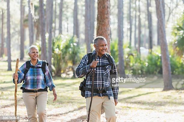 Afroamericani senior escursioni attraverso boschi