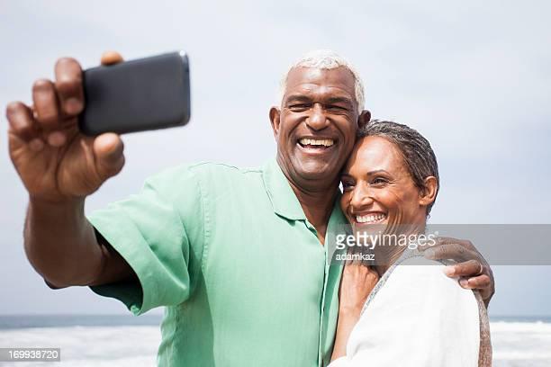 Afro-Américain Senior souriant ensemble sur la plage