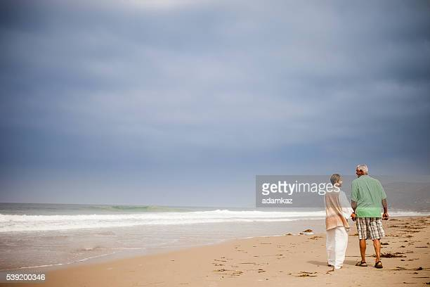 Afro-américain de personnes âgées marchant sur la plage