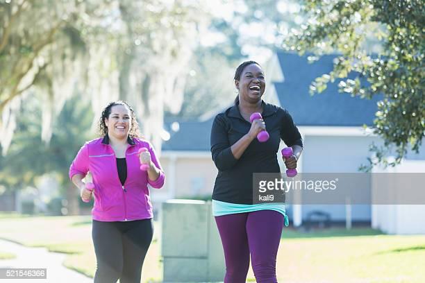 Afrikanische amerikanische Frau und Freund Laufen mit Hanteln