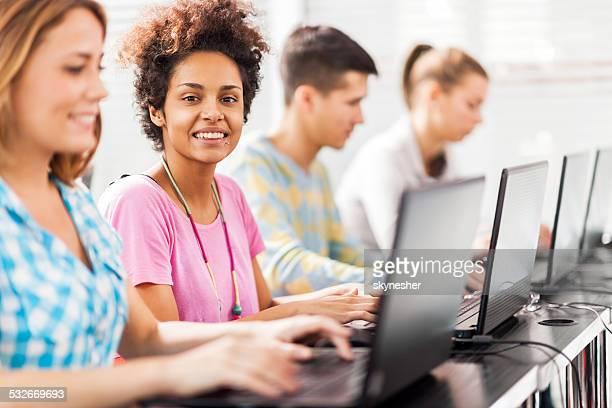 Afroamerikanische Frau am computer-Klasse.