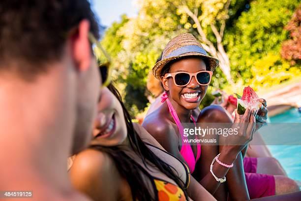 Femme afro-américaine profitant de pastèque avec vos amis