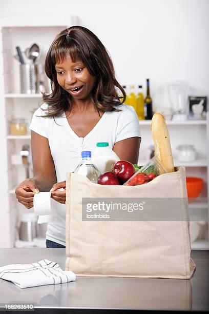 Femme afro-américaine surpris par l'augmentation des frais de séjour