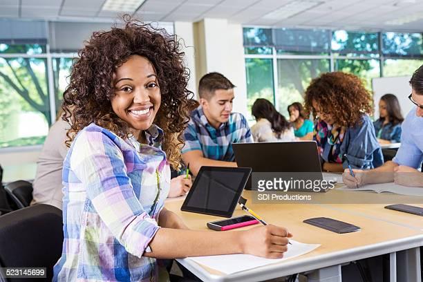 Afrikanische amerikanische Frau mit Technologie, arbeiten mit study group