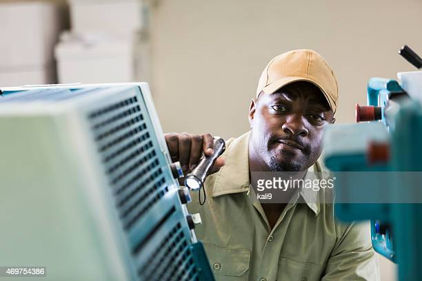 Réceptionniste afro-américain dans sa machine imprimé boutique