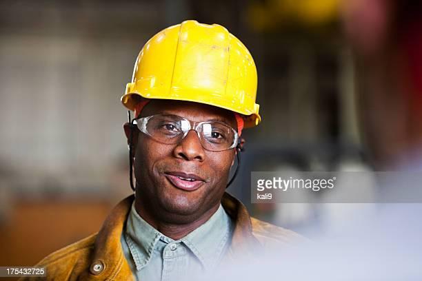 Afrikanische amerikanischer Arbeiter sprechen, co-worker