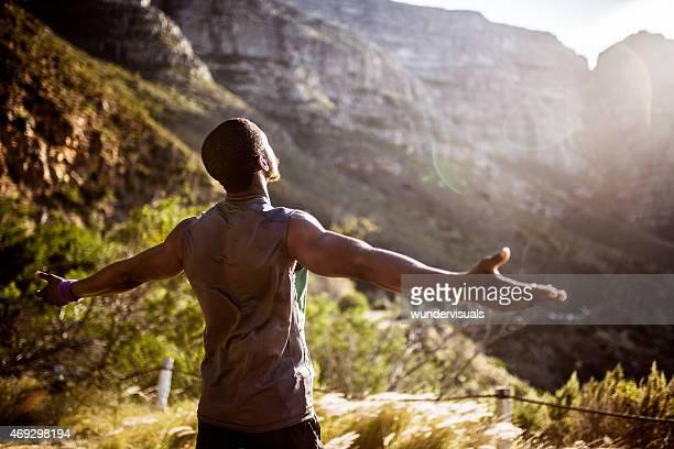 Athlète africaine tenant son bras dans le soleil du matin