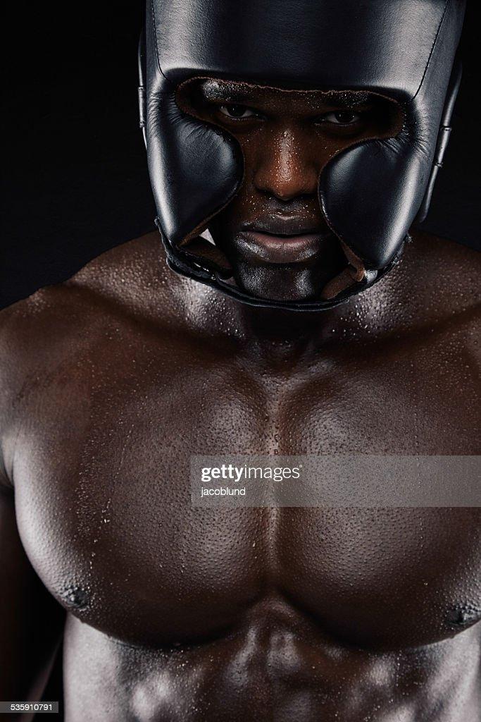 Boxeador africana usando dispositivo protector de cabeza : Foto de stock