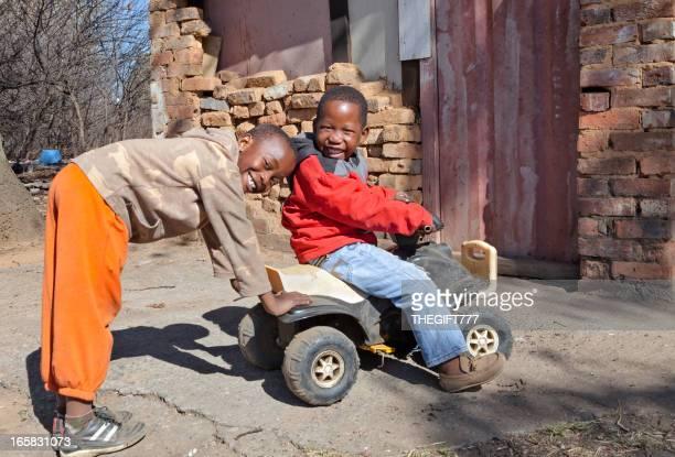 アフリカ男の子、プッシュ車で遊ぶ