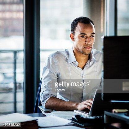 アフリカのビジネスの男性残業