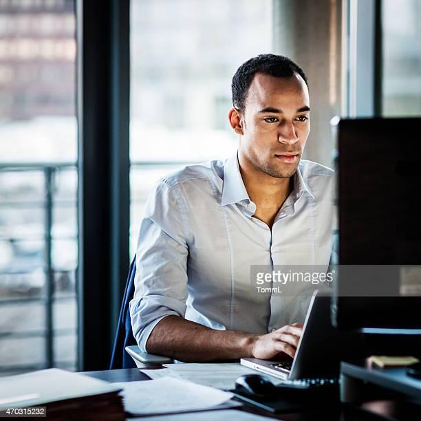Homme d'affaires africains travaillant tard
