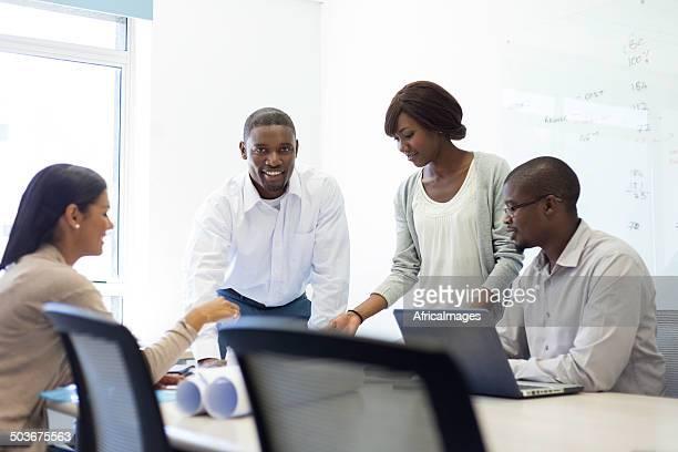 African business team besprechen und planen Sie zusammen.