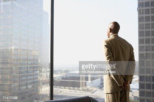 African businessman looking out a window : Foto de stock